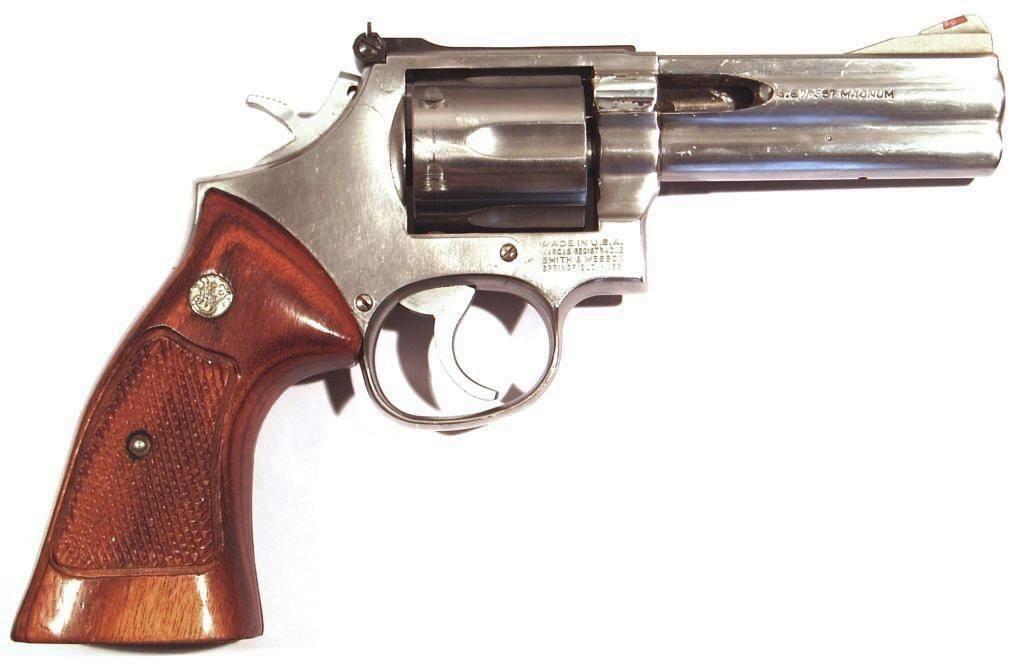 Revólver SMITH & WESSON, modelo 686 DISTINGUISHED COMBAT MAGNUM, calibre 357 MG, nº AAF7490-0