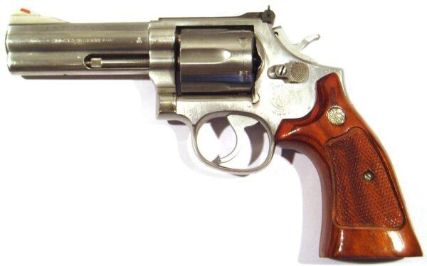 Revólver SMITH & WESSON, modelo 686 DISTINGUISHED COMBAT MAGNUM, calibre 357 MG, nº AAF7490-2549