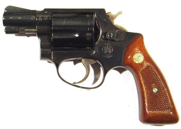 Revolver SMITH & WESSON, modelo 36, calibre 38SP, nº J673649-2550